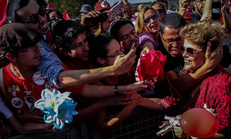Dilma é abraçada por militantes em frente ao Palácio da Alvorada.