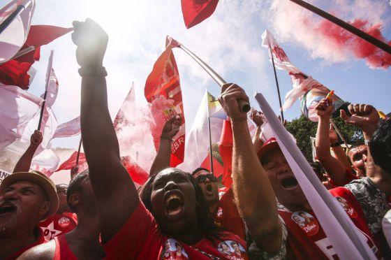 Simpatizantes do PT em uma passeata em defesa da Petrobras, no Rio nesta segunda.
