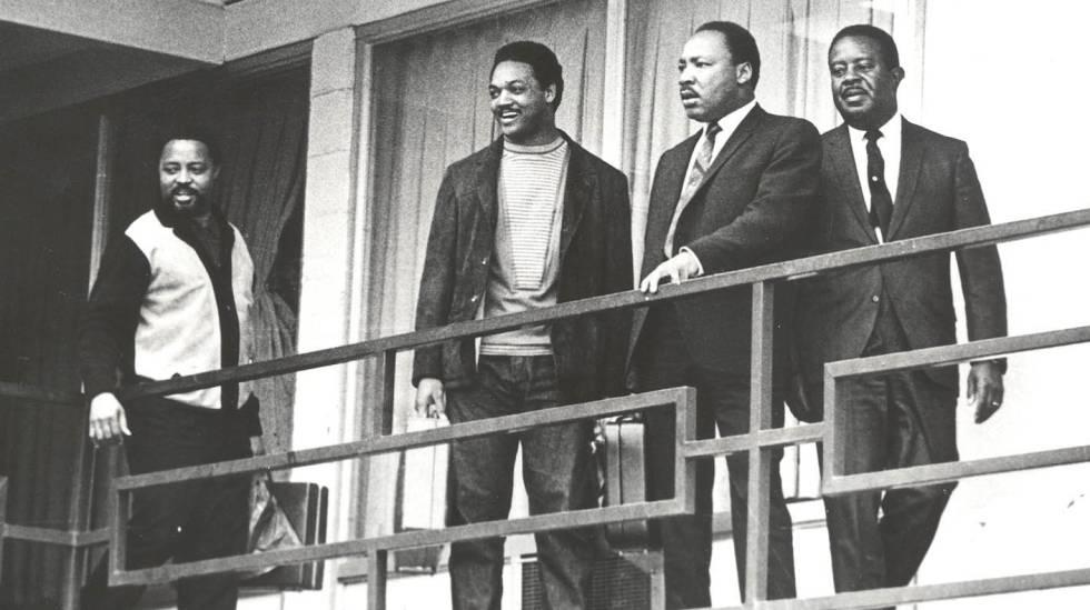 Ralph Abernathy, Martin Luther King, Jesse Jackson e Hosea Williams (da direita para a esquerda) no terraço do hotel Lorraine, em Memphis, na véspera do assassinato