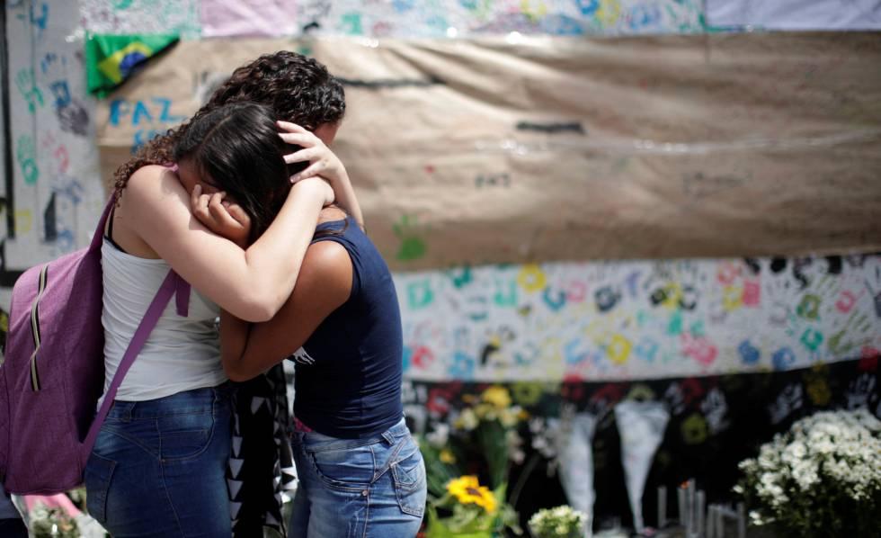 Alunos choram em memorial de homenagem às vítimas do ataque na escola Professor Raul Brasil, em Suzano.