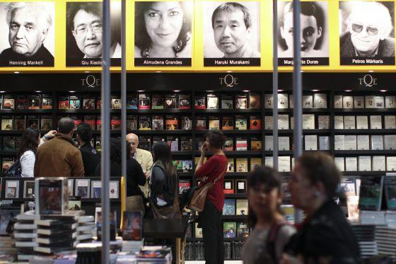 Visitantes em um expositor da Feira do Livro de Buenos Aires.