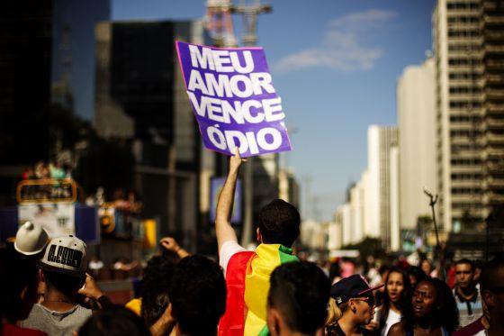 Cartaz na Parada do Orgulho LGBT em SP.