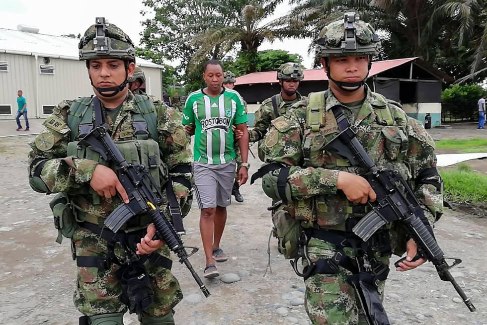 Soldados colombianos escoltam na terça-feira em Tumaco o braço-direito de Whalter Patricio Arizala, 'Guacho', um antigo guerrilheiro das FARC que agora lidera um grupo de dissidentes na fronteira entre a Colômbia e o Equador e é procurado nos dois países.