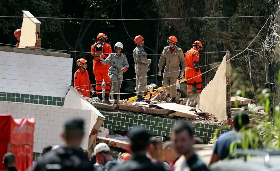 Bombeiros procuram por vítimas nos escombros dos prédios que desabaram na zona oeste do Rio de Janeiro.