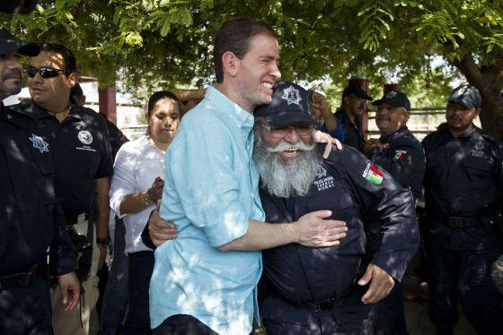 Alfredo Castillo, o comissário em Michoacán, abraça Estanislao Beltrán, porta-voz dos paramilitares