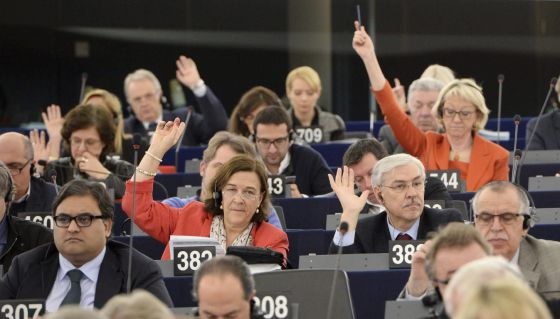 Deputados europeus votam na sessão plenária.