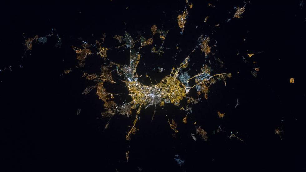 A cidade de Granada à noite, vista do espaço