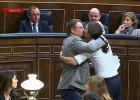 O selinho do líder do partido Podemos com um deputado catalão foi um beijo pelo povo. Um beijo contra a Troika e os cortes de despesas