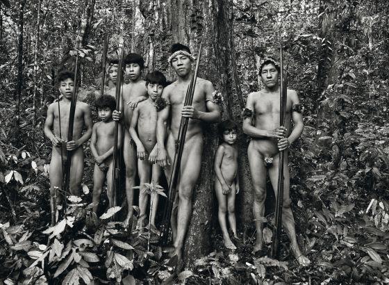 Homens da tribo awá, na Amazônia.