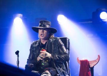 Líder do Guns N  Roses toma o microfone com a banda australiana pela primeira vez e faz show em uma cadeira de rodas