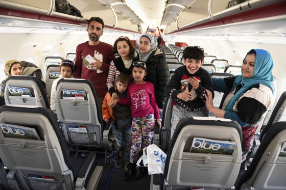 A outra face do tratamento dado aos refugiados. Imagem de uma parte do pequeno grupo de migrantes que viajaram da Grécia para Luxemburgo nesta quarta, como parte do programa europeu de redistribuição de 160.000 refugiados.