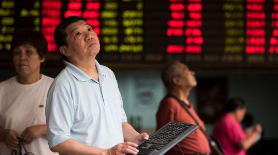 Investidores em uma Bolsa de Xangai.