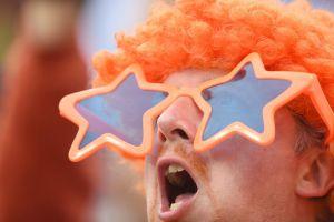 Um torcedor holandês com as cores da bandeira.