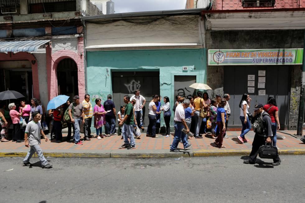 Para comprar alimentos é preciso fazer longas filas nos supermercados, como neste caso, em Caracas.