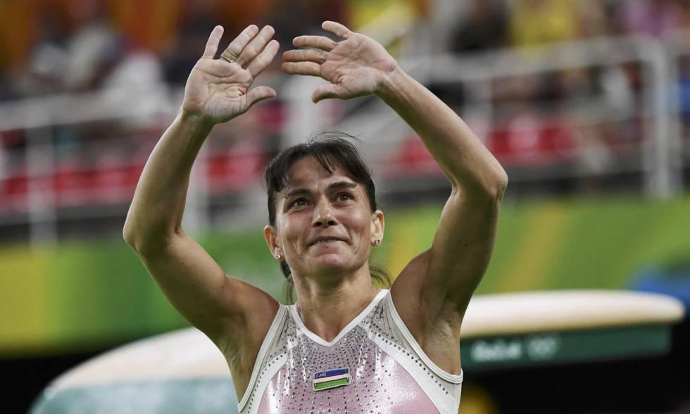 Oksana Chusovitina cumprimenta o público.