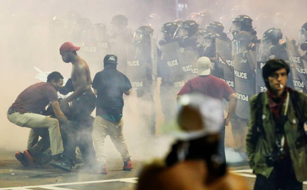 Protesto contra violência racial em Charlotte, na Carolina do Norte, deixa ao menos uma pessoa ferida, na noite de quarta-feira.