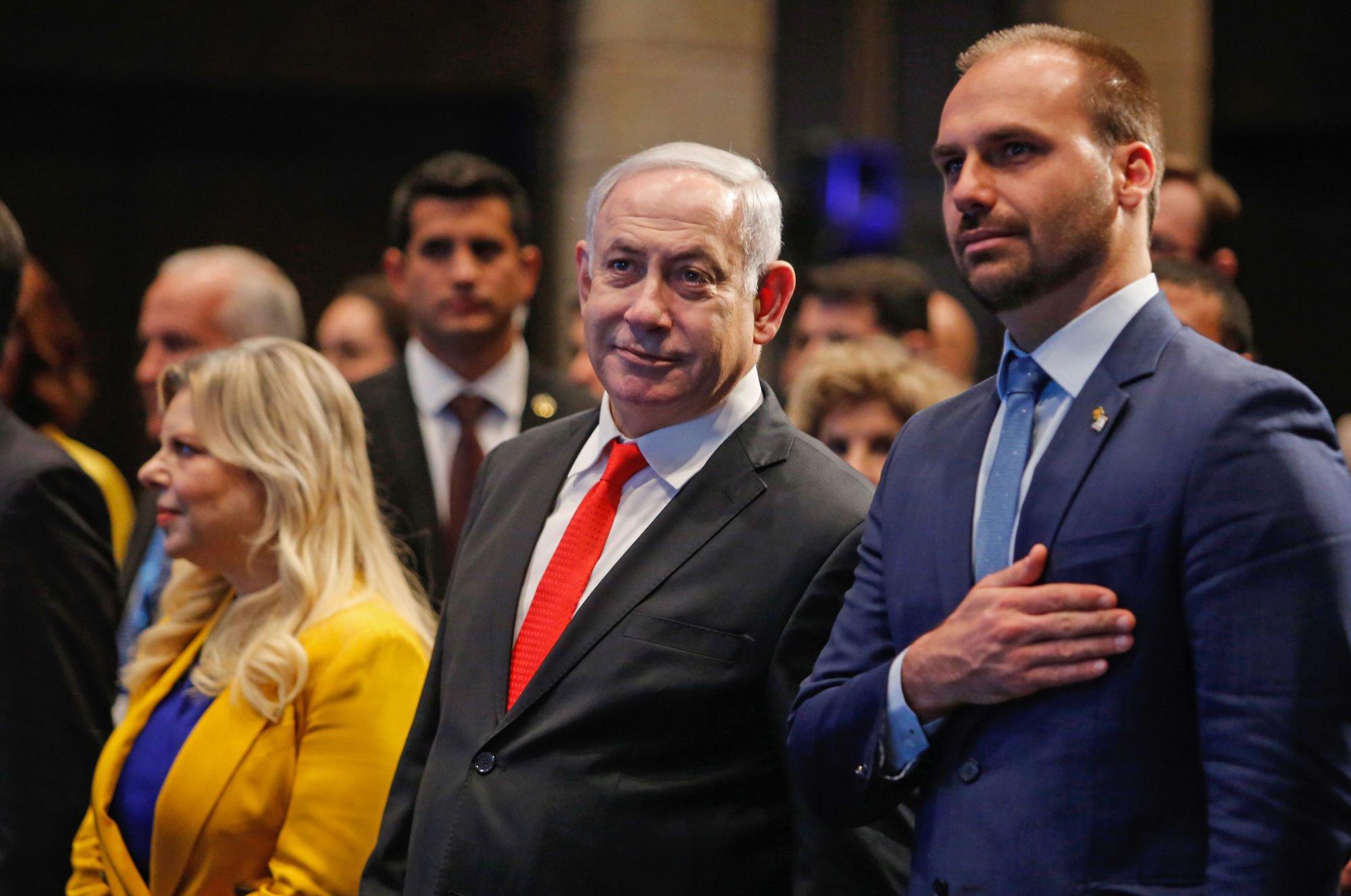 O primeiro-ministro de Israel, Benjamin Netanyahu, e o deputado federal Eduardo Bolsonaro durante a cerimônia de inauguração do escritório brasileiro em Jerusalém.