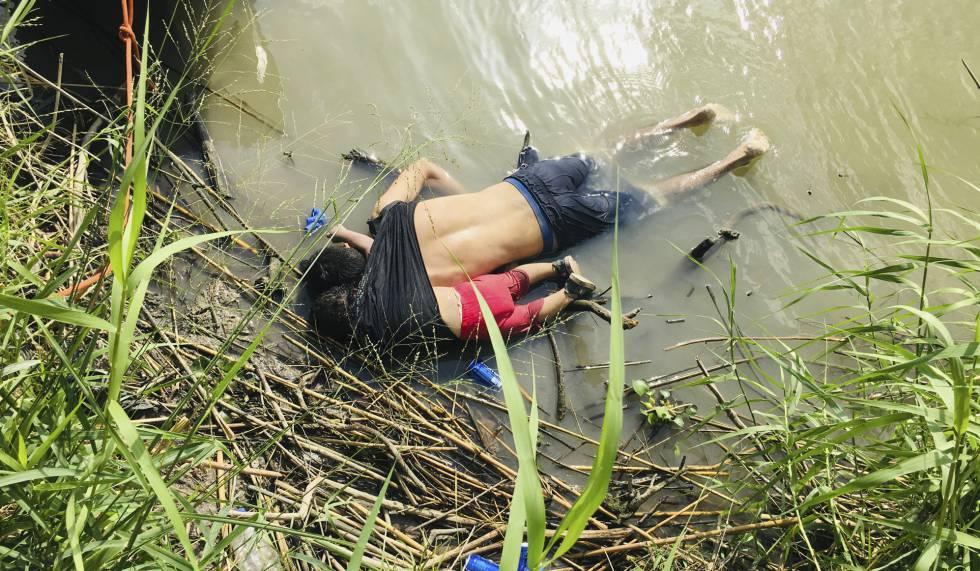 Os corpos de Óscar e da filha Valeria Martínez no rio Bravo.