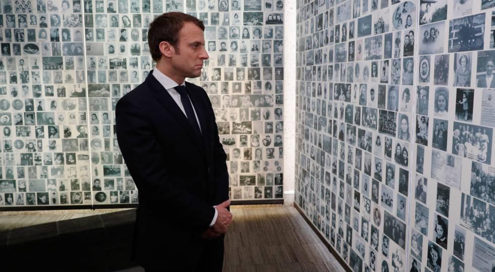 O candidato centrista, Emmanuel Macron, no memorial do Holocausto em Paris.
