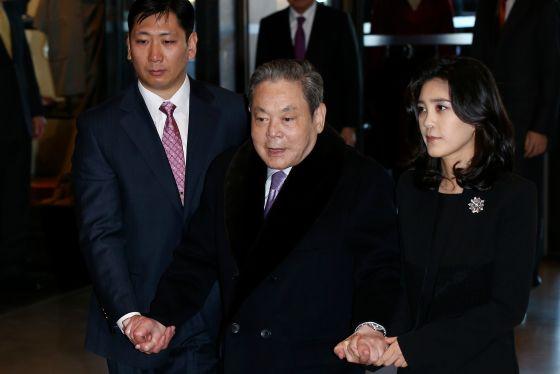 Lee Kun-hee, no centro, chega com uma das suas filhas a uma reunião da Samsung, em janeiro deste ano.