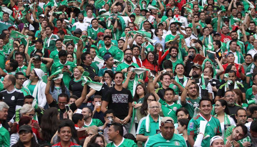 Torcida mexicana em uma partida no estádio Azteca.
