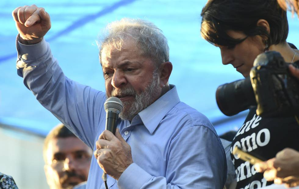Lula discursa nesta terça-feira em Porto Alegre ao lado de Manuela D'ávila, pré-candidata à presidência pelo PCdoB.