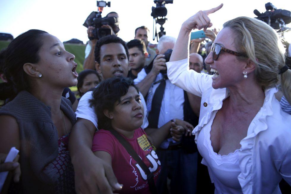 Ativistas a favor e contra Dilma Rousseff, nesta segunda-feira.