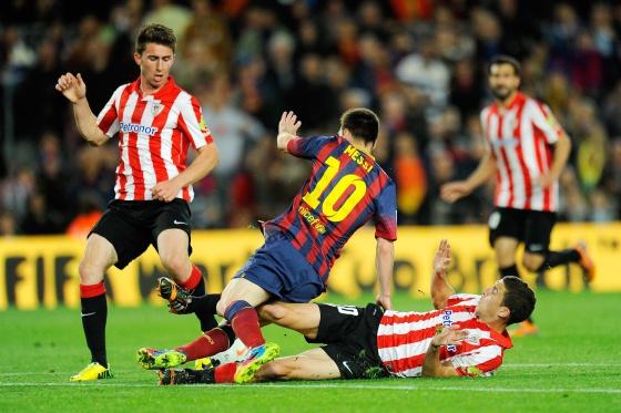 De Marcos derruba Messi diante de Laporte.