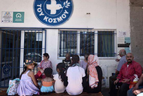 Um grupo de refugiados sírios em um dispensario de Médicos do Mundo em Atenas, o passado 2 de julho.