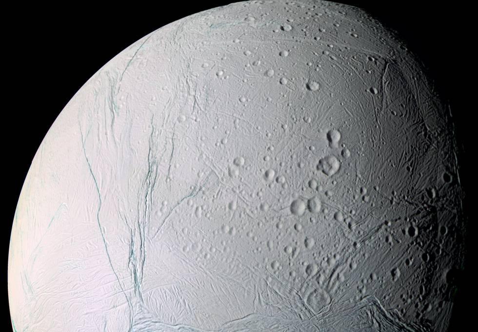 Imagem de Encélado, a lua gelada de Saturno, tirada pela sonda 'Cassini'.