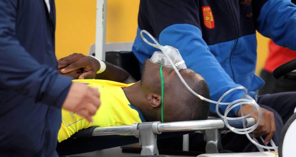 Enner Valencia é retirado de campo com uma máscara de oxigênio.