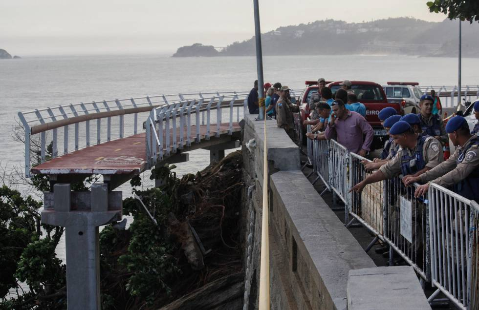 Ciclovia Tim Maia, no Rio, desabou na quinta-feira após ser atingida por uma onda.