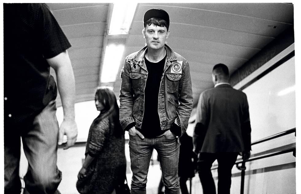 O músico Nick McCarthy passa despercebido na estação de metrô de Callao, Madri.