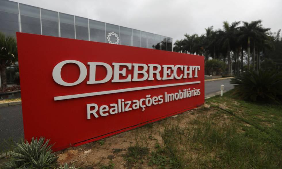 Cartaz da construtora Odebrecht, no RJ