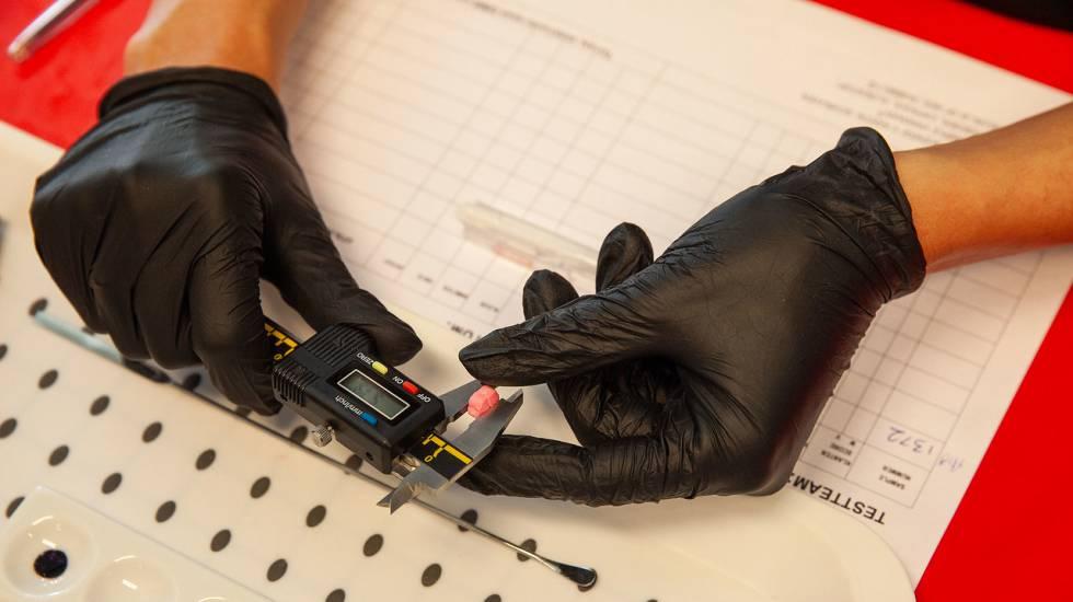 Técnico examina comprimido de ecstasy no Departamento de Monitoramento de Drogas do Instituto Trimbos, em Amsterdã.