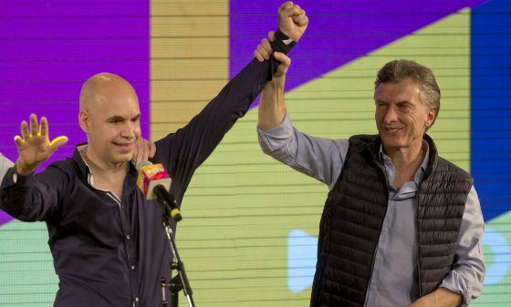 Horacio Rodriguez Larreta ao lado de Mauricio Macri (direita).
