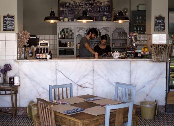 Interior da cafeteria Café com Calma, em Lisboa.