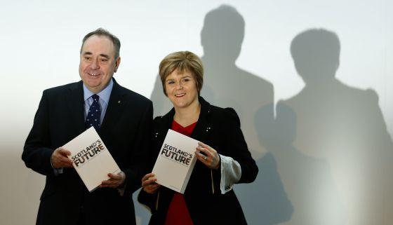 O líder do SNP, Alex Salmond, e sua sucessora, Nicola Surgeon.