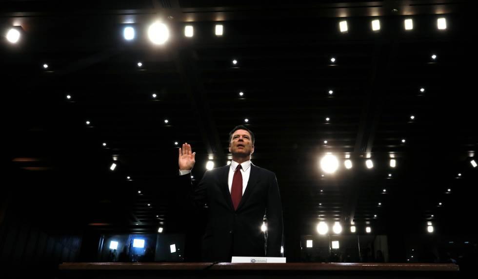 O ex-diretor do FBI, James Comey, presta juramento diante do Comitê de Inteligência do Senado.