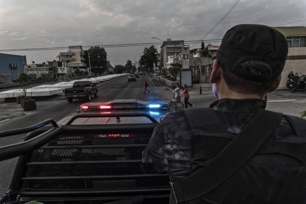 Agentes da Polícia do Estado de Jalisco patrulham a avenida Federalismo, uma das principais de Guadalajara.