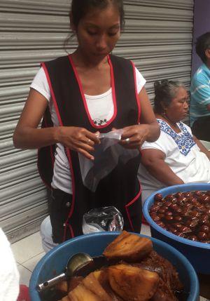 Barraca de comida do lado de fora do Mercado Central de Mérida, Yucatán.