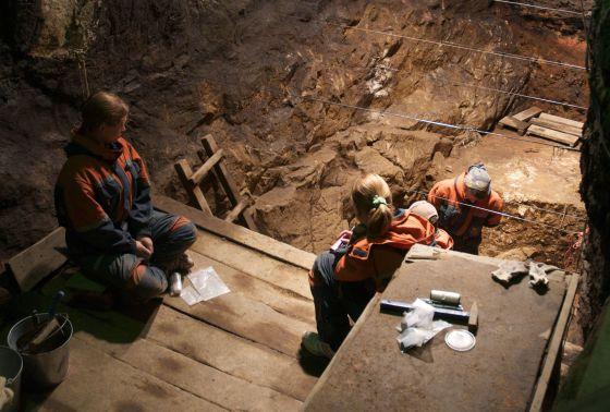 Escavação na cova de Denisova (Rússia).