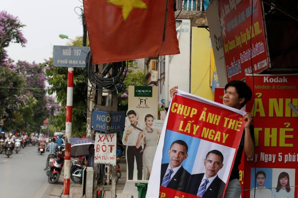 Um vietnamita, com um cartaz de Obama em Hanoi.