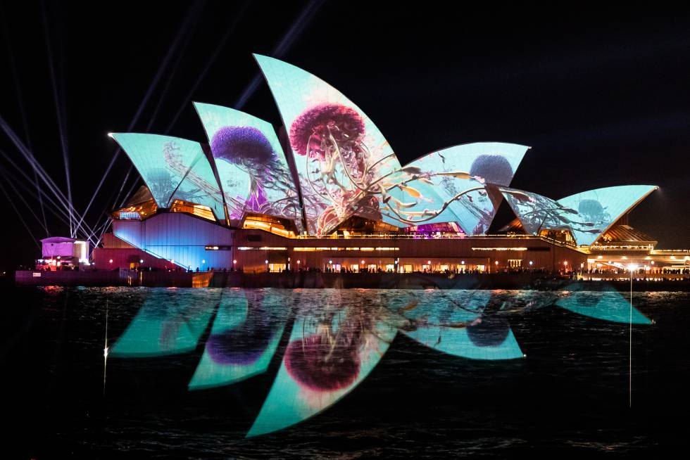 A Ópera de Sidney iluminada com a projeção 'Austral Flora Ballet', do artista Thomas Huang, como parte do festival Vivam Sydney.