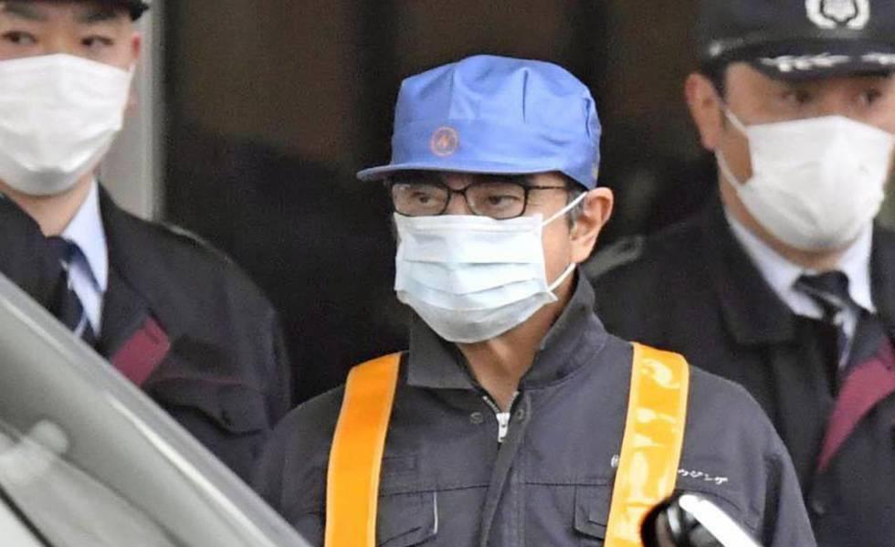 O ex-presidente da Nissan Carlos Ghosn ao sair de um centro de detenção em Tóquio, nesta quarta-feira