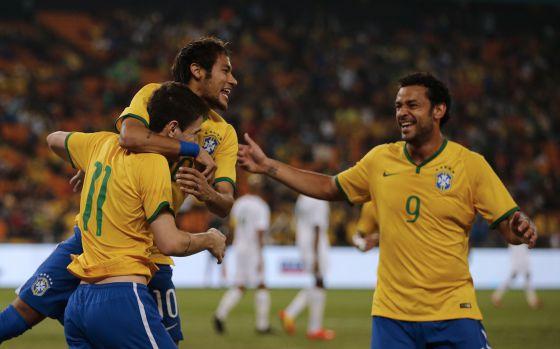 Oscar, Neymar e Fred comemoram o primeiro gol da seleção brasileira.