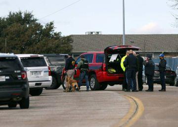 O atirador abriu fogo durante uma cerimônia e deixou uma terceira pessoa ferida