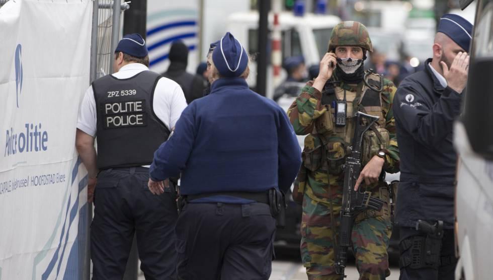 A polícia e o Exército belga em um shopping center que foi alvo de uma ameaça de bomba na semana passada em Bruxelas.