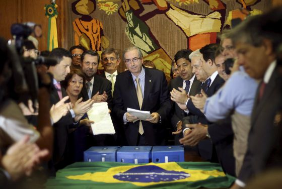 Opositores entregam pedido de impeachment para Cunha.