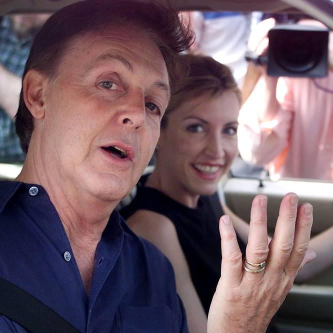 """Paul McCartney y Heather Mills anunciaron su compromiso el 27 de julio de 2001, tras dos años de relación. El divorcio llegó en 2006. Con una fortuna estimada entonces en 1.200 millones de euros, una sentencia condenó al ex 'beatle' a pagar a su exmujer 31,6 millones; muy lejos de los 162 que reclamaba la exmodelo, y 10 más de los que ofrecía el cantante. El día del veredicto, Mills arrojó un vaso de agua a la abogada del artista —Fiona Shackleton, conocida en Reino Unido como """"la magnolia de acero"""" por ser implacable en ls divorcios de famosos y millonarios— y amenazó con denunciarla por, según afirmó, haberla insultado durante el proceso de divorcio. La manutención de Beatriz, la hija que tuvieron juntos en 2003, y cuya custodia comparten, también corrió a cargo de McCartney, quien desembolsa 45.000 euros anuales."""
